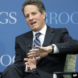"""ທ່ານ Timothy Geithner ລັດຖະມົນຕີການຄັງຂອງສະຫະລັດ ກ່າວຢູ່ສະຖາບັນ Brooking ໃນນະ ຄອນຫລວງ Washington ໃນຫົວຂໍ້ """"The Path to Global Recovery"""" ໃນວັນພຸດ ທີ 6 ຕຸລາ, 2010 (AP Photo/Manuel Balce Ceneta)"""