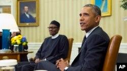 Le président américain Barack Obama, à droite, réçoit son homolgue nigérian Muhammadu Buhari, dans le bureau Oval, à la Maison Blanche, le 20 juillet 2015, à Washington.