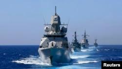 """Kapal Angkatan Laut Kerajaan Belanda HNLMS De Zeven Provincien bergerak menuju Cadiz Bay saat berpartisipasi dalam acara tahunan Hari Laut NATO di Rota, selatan Spanyol, 13 Juli 2009 (Foto: dok). NATO telah memulai latihan """"Steadfast Jazz"""" di seluruh Eropa, Sabtu (2/11)."""