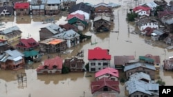印度灾区灾民划船