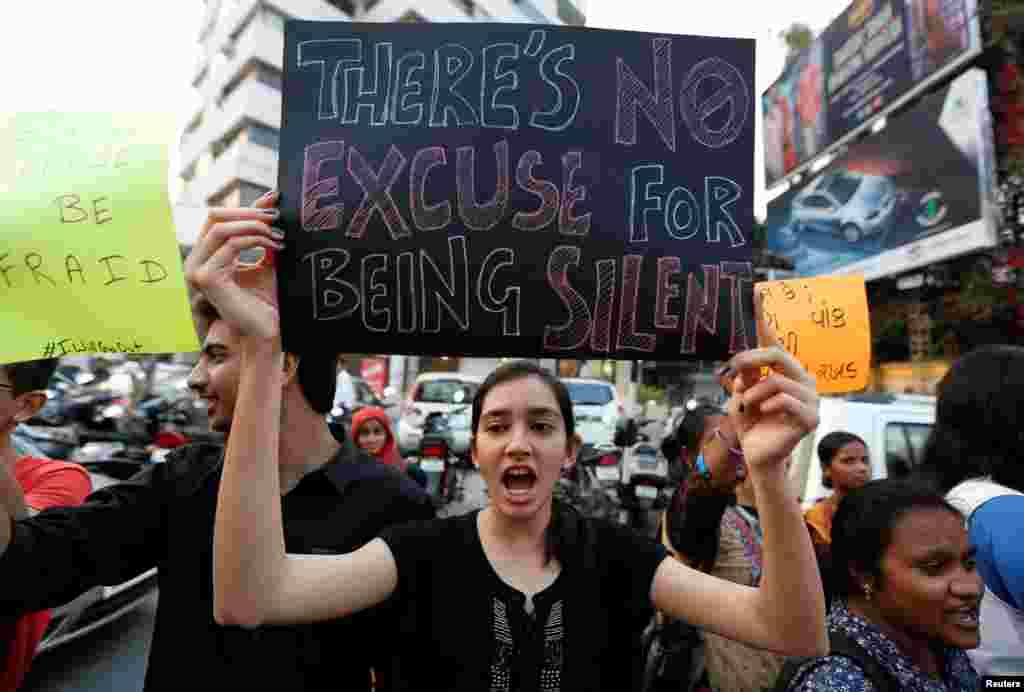 بھارت میں مظاہرے کے دوران ایک عورت امریکی صدر ٹرمپ کے خلاف نعرے بازی کر رہی ہے۔