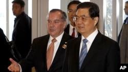 胡锦涛主席在芝加哥市长戴利的陪同下访问芝加哥