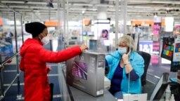 11 Mart 2021 - Berlin'de bir tüketici, elektronik eşya mağazası Saturn'de alışveriş yapıyor.
