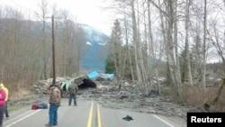 华盛顿州警察提供的官方调查泥石流的照片
