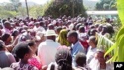 Maelfu na maelfu ya watu wakikusanyika kwa Mchungaji Ambilikile kunywa dawa maalum ya kutibu magonjwa sugu.