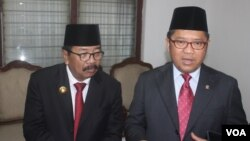 Menteri Komunikasi dan Informatika Rudiantara (kanan) memberikan keterangan pers didampingi Gubernur Jawa Timur Soekarwo, hari Jumat 20 Mei 2016 di Surabaya (VOA/Petrus).