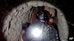 Un agente antidrogas penetra al túnel de drogas descubierto entre Tijuana y San Diego.