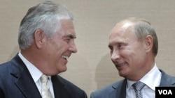 PM Rusia, Vladimir Putin (kanan) dan CEO ExxonMobil Rex Tillerson, saat penandatangan kerjasama di kawasan resor Sochi, Rusia (30/8).