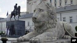 工人5月25日正在清洗华沙总统府前的塑像