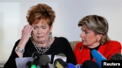 Beverly Young Nelson, left, reacts as she reads a statement to reporters with attorney Gloria Allred during a news conference announcing new allegations of sexual misconduct against Alabama Republican congressional candidate Roy Moore, in New York, Nov. 13, 2017.