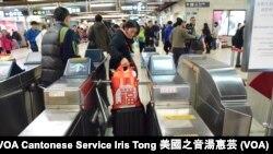 攜帶大型行李的疑似水貨客在普通入閘口被卡著,阻礙一般旅客入閘 (攝影: 美國之音湯惠芸)