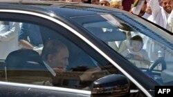 Le président algérien Abdelaziz Bouteflika est aperçu dans une voiture à son arrivée pour inaugurer une école religieuse Zaouïa Belkaidia à la périphérie d'Alger, le 15 mai 2018.
