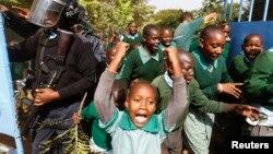 19일 케냐 수도 나이로비에서 랑가타 초등학교 학생들이 놀이터 철거에 반대하며 시위를 벌였다.