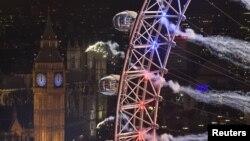 Kembang api di sekitar kincir ria London Eye, menara jam Big Ben dan gedung Parlemen untuk merayakan tahun baru 2016.