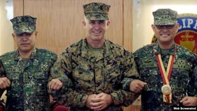Chuẩn Tướng Paul Kennedy (giữa), chỉ huy Lữ đoàn 3 Thủy quân lục chiến Mỹ Viễn chinh, Thiếu Tướng Thủy quân lục chiến Philippines Alexander Balutan (phải),  và Đại tá Thủy quân lục chiến Philippines Nathaniel Casem khoác tay sau lễ khai mạc cuộc tập trận Phiblex.