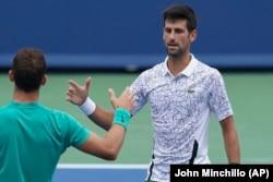 Pozdrav na mreži Novaka Đokovića i Grigora Dimitrova posle meča 3. kola u Sinsinatiju (Foto: AP/John Minchillo)