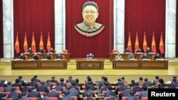 북한은 지난 8일 김정은 국방위원회 제1위원장(가운데)이 참석한 가운데 열린 노동당 정치국 확대회의에서 장성택 국방위 부위원장을 모든 직무에서 해임했다.