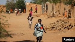 Children run home from school after hearing gunfire and explosions in Gao, February 21, 2013.