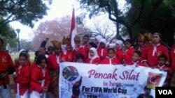 """Pencak Silat """" Al Azhar' cabang Afrika Selatan berpartisipasi dalam pembukaan Piala Dunia 2010. Pencak Silat yang diperkenalkan oleh orang Indonesia cukup berkembang di Afrika Selatan."""