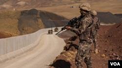 ترکیه برای جلوگیری از ورود پناهجویان در مرز خود با ایران حصار بنا کرده است.