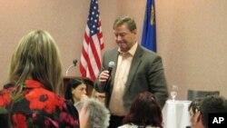 El senador Dean Heller, republicano por Nevada durante un evento en enero 22, en el que también fue criticado por ciudadanos por su apoyo a las políticas del presidente Donald Trump.