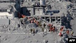 Nhân viên cứu hộ và binh sĩ Lực lượng Phòng vệ Nhật Bản tìm kiếm những người leo núi sống sót, và người bị mất tích sau khi núi lửa Ontake bộc phát