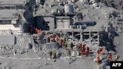 Tim SAR Jepang terus melakukan pencarian para pendaki yang hilang pasca letusan gunung Ontake, Sabtu (27/9).