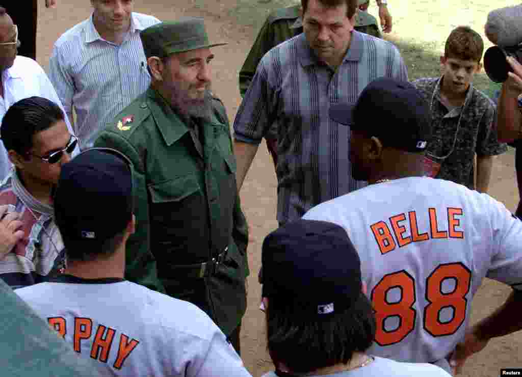 Presiden Kuba Fidel Castro berbicara dengan atlet Baltimore Orioles, Albert Belle (88), sebelum pertandingan eksibisi antara Orioles dan tim nasional Kuba, 28 Maret 1999.