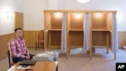 Một giới chức bầu cử chờ tại điểm bỏ phiếu ở Stoessen, Đức, ngày 13 tháng 3, 2016.