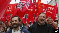 反对派活动人士古德柯夫(右)和立法人员波诺马列夫与反对派支持者一起游行前往集会地点