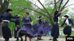 Un cuerpo de ballet folclórico baila el pericón en el lanzamiento del Día del Patrimonio.