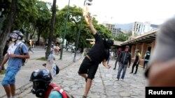 26일 베네수엘라 수도 카라카스에서 니콜라스 마두로 대통령의 개헌의회 구성 시도에 항의하는 시위대가 화염병을 던지고 있다.
