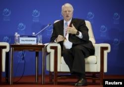 前美国海军作战部部长拉夫黑德在北京香山论坛回答问题。(2015年10月17日)