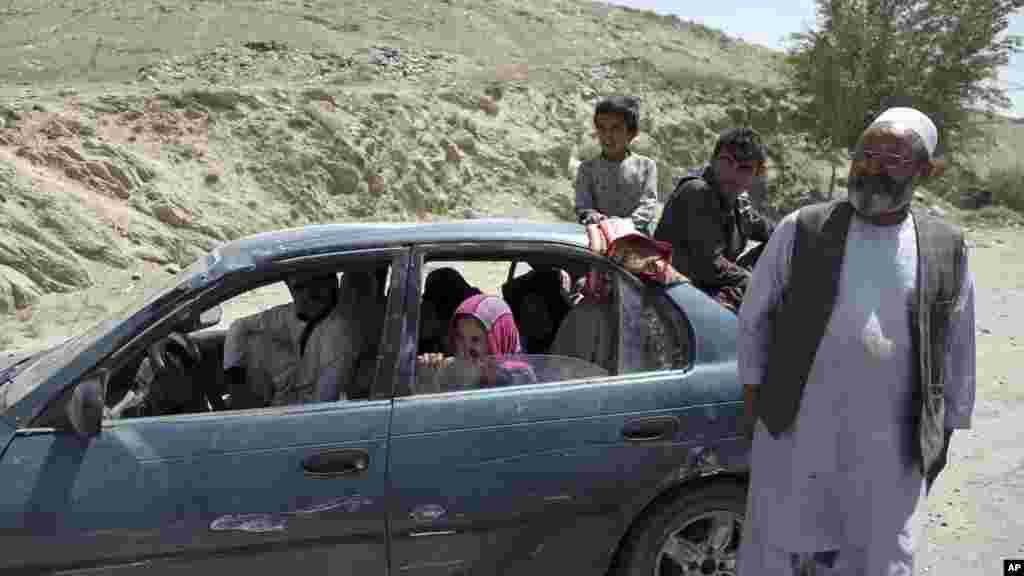 خانواده ای در حال فرار از جنگ های اخیر غزنی به شهر کابل