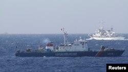 Tàu Cảnh sát biển Trung Quốc và tàu của Lực lượng Cảnh sát biển Việt Nam ở Biển Đông, khoảng 210 km (130 dặm) ngoài khơi Việt Nam.