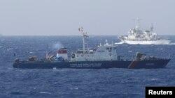 Tàu Cảnh sát biển của Trung Quốc và tàu của Lực lượng Cảnh sát biển Việt Nam ở Biển Đông, khoảng 210km (130 dặm) ngoài khơi của Việt Nam, ngày 14/5/2014.