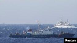 Tàu Cảnh sát biển Việt Nam và tàu Cảnh sát biển Trung Quốc ngoài khơi Biển Ðông.
