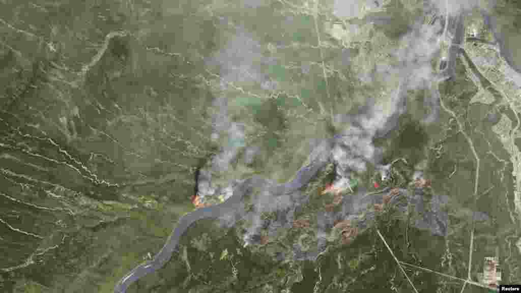 La fumée des incendies de forêt près de Fort McMurray, à Alberta, prise cette par satellite de la NASA, le 3 mai 2016.