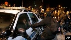2014年11月25日密苏里州弗格森市政厅: 抗议者破坏警车