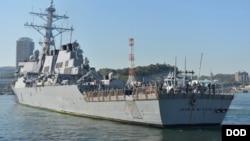 Khu trục hạm lớp Arleigh Burke có tên lửa dẫn đường USS John S. McCain. Truyền thông cho biết một quyết định đã được đưa ra nhằm che con tàu này khỏi tầm mắt của Tổng thống Donald Trump khi ông tới thăm Nhật Bản.