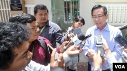Attorney Ky Tech speaks to the press on behalf of Prime Minister Hun Sen about a pending legal case against opposition Senator Thak Lany and opposition leader Sam Rainsy at the Phnom Penh Municipal Court on Friday, August 05, 2016. (Leng Len/VOA Khmer)