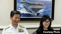 日本防卫大臣稻田朋美和海上幕僚长武居智久2016年8月23日访问一艘美国航母 (美国国防部照片)