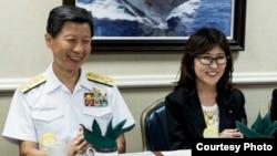日本防衛大臣稻田朋美和海上幕僚長武居智久2016年8月23日訪問一艘美國航母(美國國防部照片)