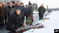 Владимир Путин возлагает цветы на Пискаревском кладбище. Санкт-Петербург. 27 января 2014 г.