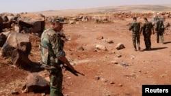 Lực lượng trung thành với Tổng thống Syria Bashar al-Assad tại làng Tal El-Tineh, ngoại ô Aleppo, ngày 16/6/2013.