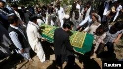 Warga Afghanistan menghadiri pemakaman wartawan Zabihullah Tamanna yang tewas dibunuh, dalam upacara di Kabul, 7 Juni lalu (foto: dok).