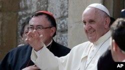 La pape François salue les fidèles en la cathédrale du Sacré Coeur de Sarajevo, le 6 juin 2015.