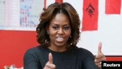 لومړۍ مېرمن مېشل اوباما د ژبی په ېوه کورس کې د ابتدايي ښوونځي له شاگردانو سره.