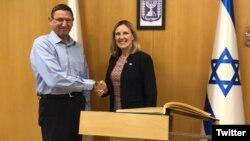 خانم تامسون در کنار مقام اسرائیلی