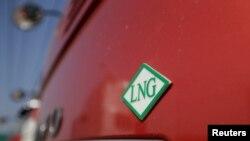 Sebuah truk di China dengan logo LNG